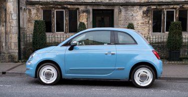голубая маленькая машина припаркована на улице
