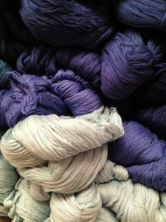 белые и фиолетовые толстые нити