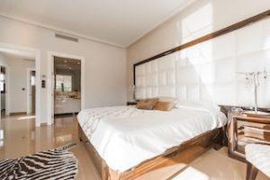интерьер спальной комнаты в белых тонах и дереве