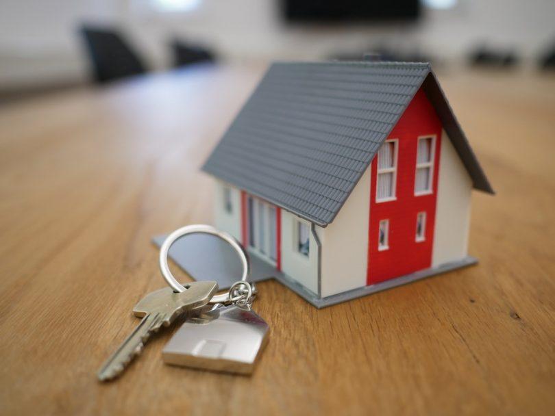 ключи и минюатюрный дом на столе