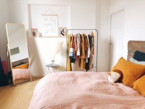 спальная комната с зеркалом и вешалкой