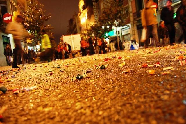 конфеты на асфальте на улице