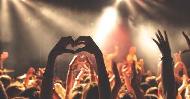 люди держат руки в форме сердца