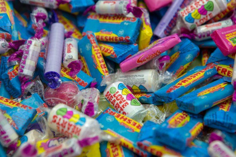 конфеты в разноцветный фантиках