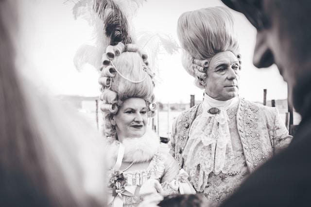 два человека в костюмах в чёрно-белых тонах