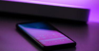 мобильный телефон в фиолетовых тонах
