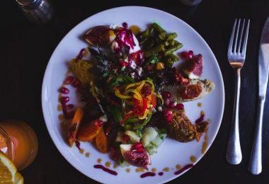 еда в белой тарелке и приборы