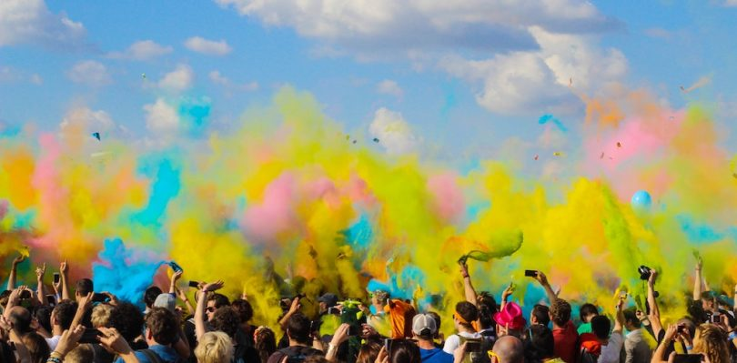разноцветная пыльца в воздухе над людьми