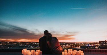 пара сидит на фоне города