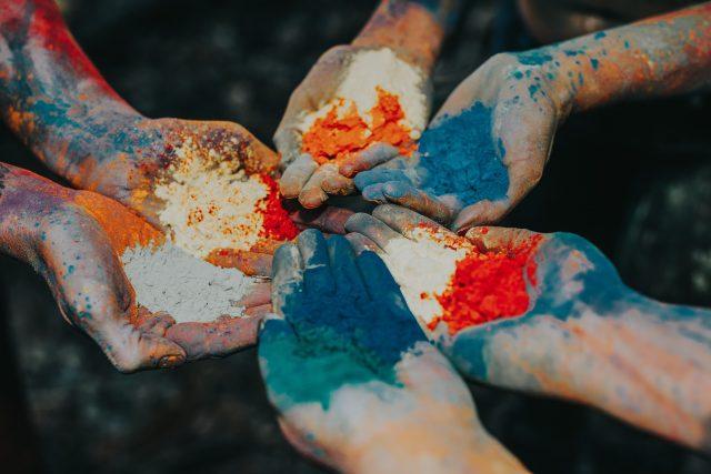 разноцветная пыльца в нескольких руках