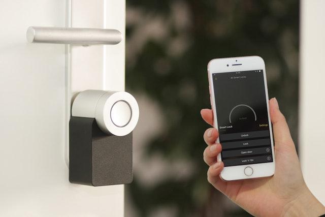 смартфон и аппарат автоматического открытия дверей