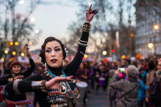 женщина восточной внешности танцует