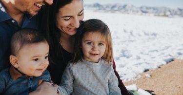семья с двумя детьми на море