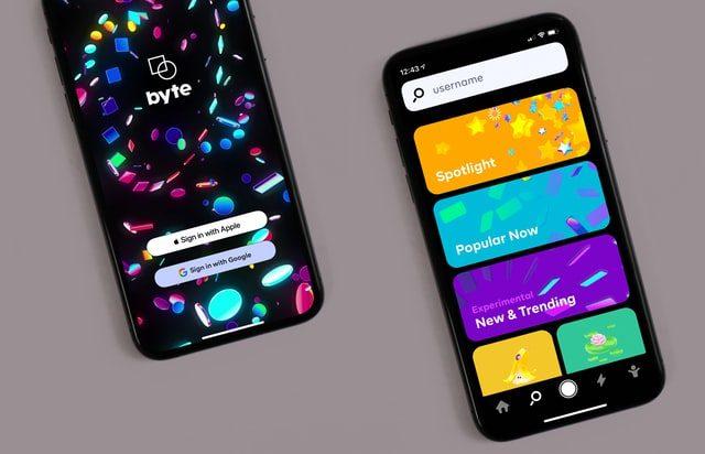 два смартфона с интерфейсом мобильного приложения