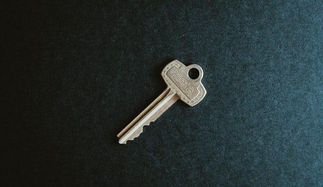 ключ на зелёном фоне