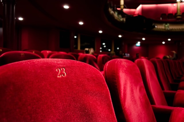 номер 23 на бархатном красном кресле