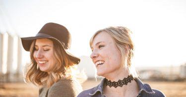 два девушки смеются