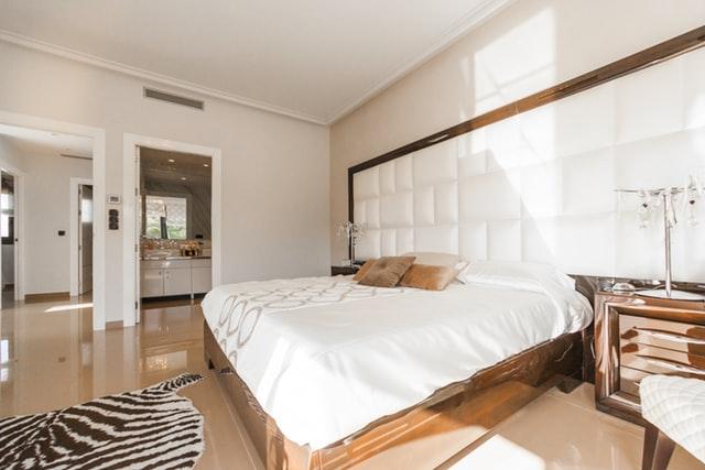 спальная комната в белых тонах