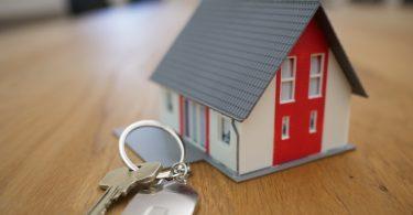 модель дома и ключи на столе