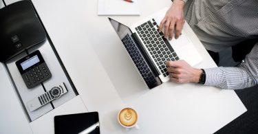 человек работает за компьютером, кофе, планшет