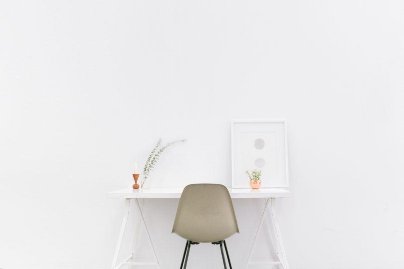 стул и белый стол на фоне стены