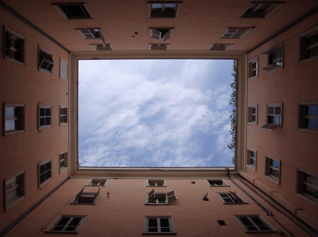 вид на небо с внутреннего двора