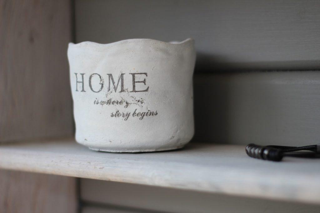 ваза с надписью дом