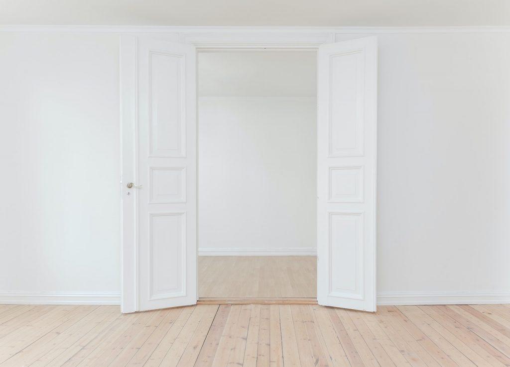 открытые белые двери