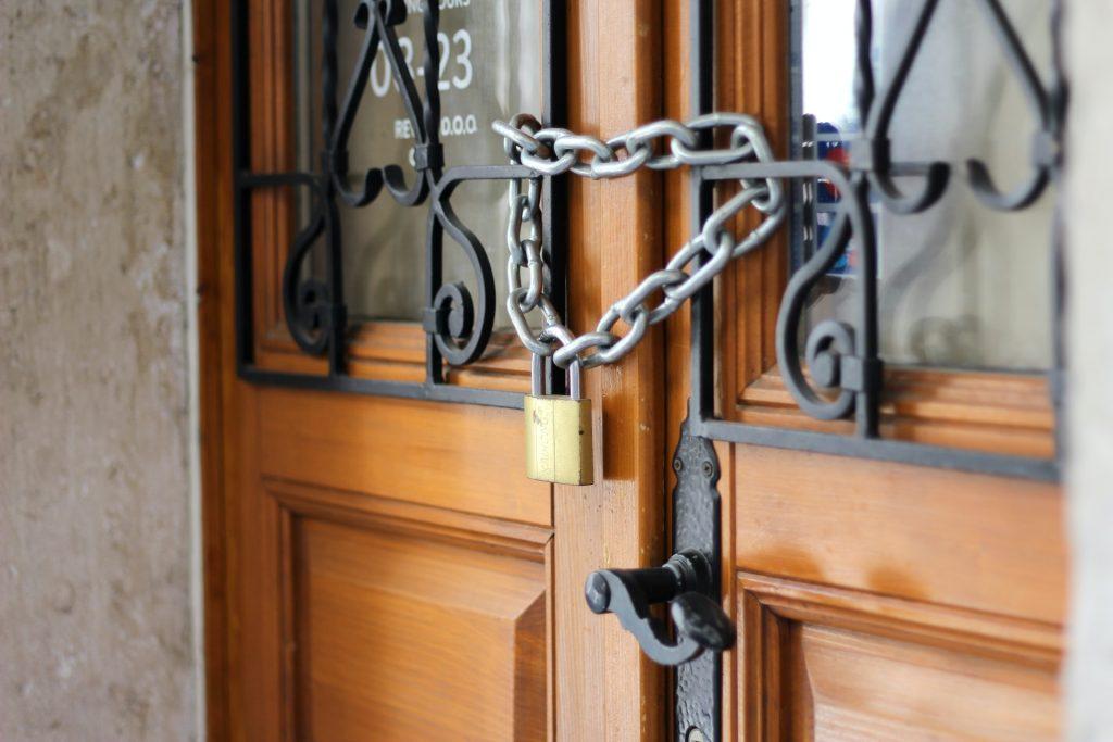замок с цепью на деревянных дверях