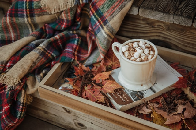 чашка какао и плед в коробке