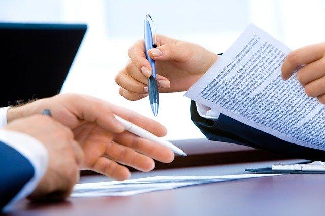 руки, документы и ручка