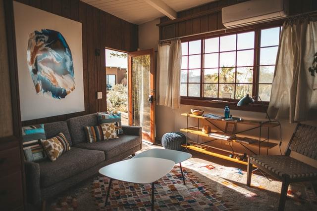 комната с окнами и диваном