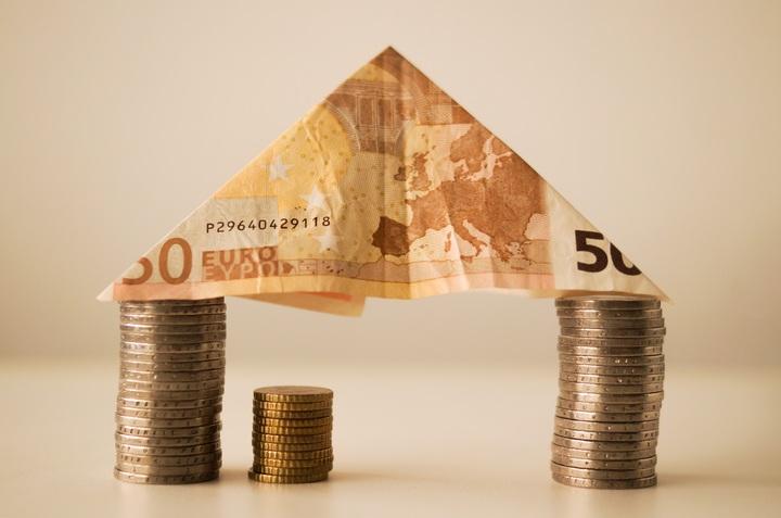 треугольник из купюры на двух башнях из монет